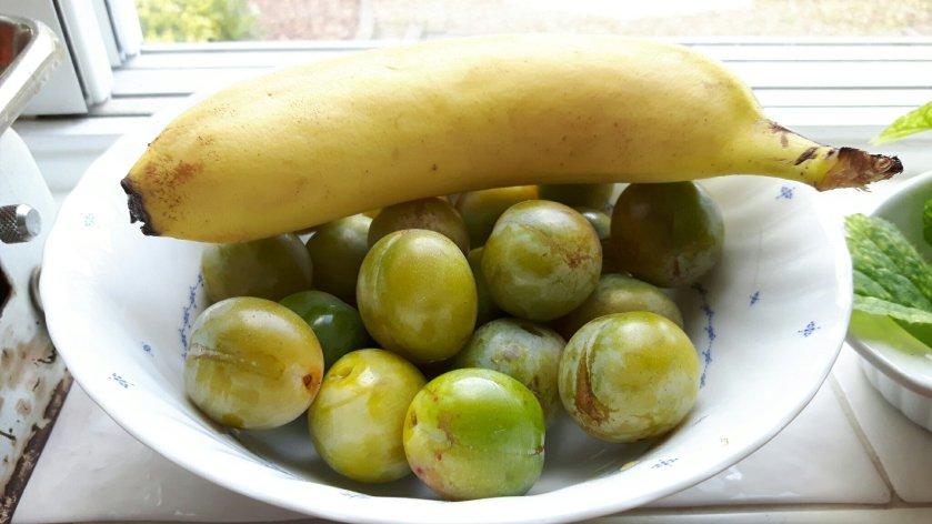 Groene pruimen mogen afrijpen met een banaan