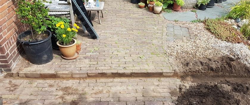 Steentjes verwijderd en een sleuf gegraven